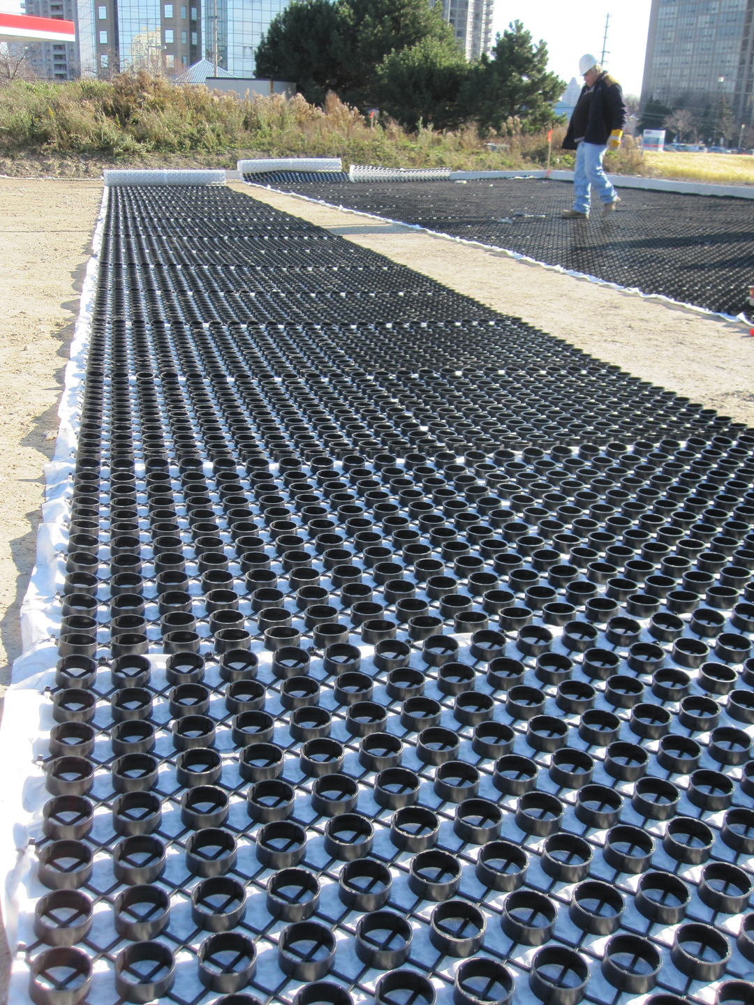 The ring and grid structure of the permeable paving roll.